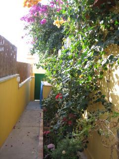 Auch von der hinteren Terrasse kann man den Ausgang um die Ecke des Bungalows finden.