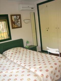 Ein bequemes Doppelschlafzimmer mit 2 Einzelbetten und grossem Schrank