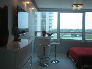 Beachfront Condo!  Queen beds /Pool/ Parking Avai, Miami Beach