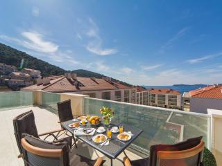 New Luxury 3BR 2BA Apt Sea Views Large Balconies, Dubrovnik
