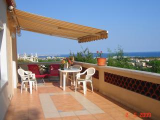 VUE FEERIQUE sur CANNES ET LA MEDITERRANEE .2 pièces dans villa, terrasse et PK