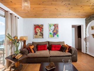 Salón muy amplio y cómodo, con sofá gigante, televisión 40 pulgadas, y vistas al mar.