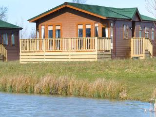BLENHEIM LODGE, detached, en-suite, fishing lake, luxury accommodation, near