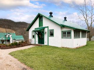 Intimate pet-friendly cottage located in Warm Springs. Across from the Old Dairy Community Center, Hot Springs