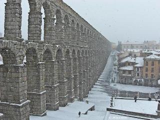 Segovia:  Junto al Acueducto