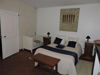 Chambre de gauche 1er étage avec lit bébé et lavabo