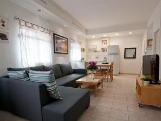 2 bedrooms, perfect central location, private roof, Tel Aviv