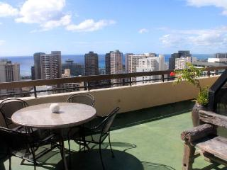 Two Story Penthouse Huge Balcony Free Parking, Honolulu