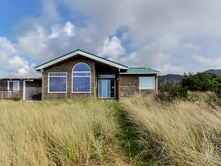 Spectacular oceanfront, dog-friendly home with space for 10!, Rockaway Beach
