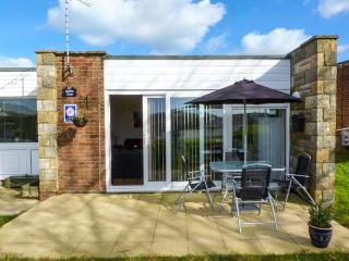 SUNNY VIEW, all ground floor, open plan, private patio, near Freshwater, Ref 920020