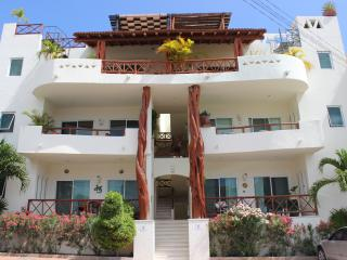 Luminous and Spacious 2 bdr steps from Mamitas, Playa del Carmen