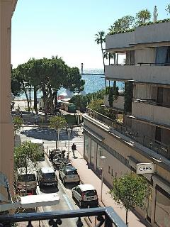 close-up from balcony to Croisette + beach