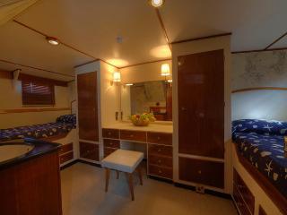 Deramore classic motor yacht master cabin, Punta Ala
