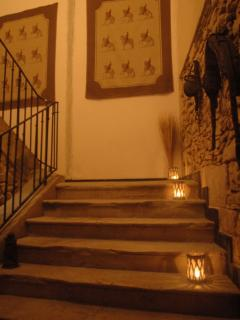 Le grand escalier en pierre vers l'étage du gîte ' La Poste '.