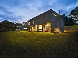MENDING WALL - Contemporary Hotels, Bilpin