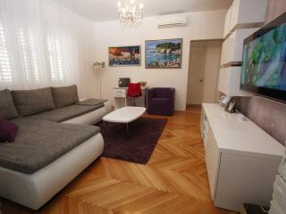 Modern apt 70 m from the Beach with sea view!!, Makarska