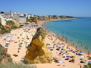 Peneco beach 3mn walk ,this is the main beach in Albufeira there is a public elevator ..