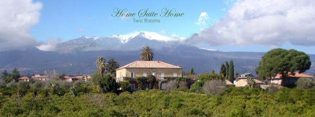 Il maestoso vulcano Etna che sovrasta la casa