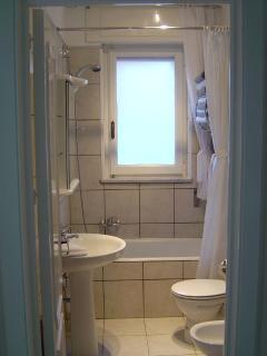 Bathroom with 4 piece suite