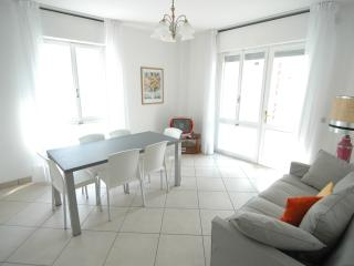 Milano walking street apartment with A/C & washer, Lignano Sabbiadoro
