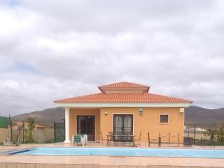 3 bed villa private solar heated covered pool, Triquivijate