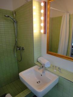 Modernes Bad mit Tageslicht