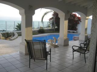Ocean Front Estate, 5 bed room, pool jacuzzi, Ensenada