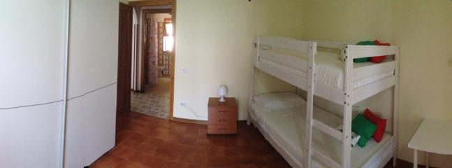 Camera da letto B panoramica (Bedroom B wide view)