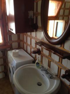 Bagno con lavatrice (Bathroom with Washing machine)