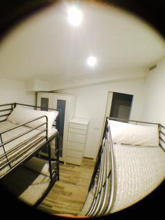 Habitacion don dos literas dobles y Tv digital, armario y dos comodas.
