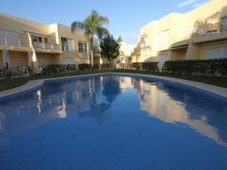 Lemon 2br apartment 10m walking to Falesia Beach, Vilamoura