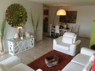 LUXURY RETREAT BY THE SEA -FREE PKG -ISLA VERDE-PR, Isla Verde