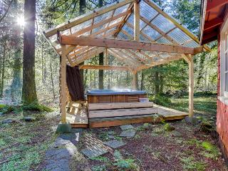 Quiet, dog-friendly with outdoor fireplace & private hot tub!