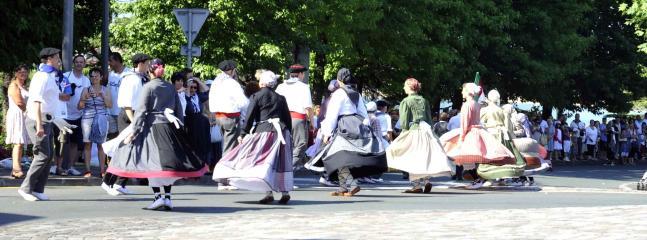 Bailes y vestimentas típicos de nuestro país.