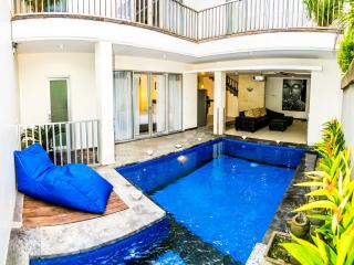 Private lunge pool