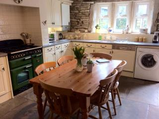 Dining kitchen with range cooker