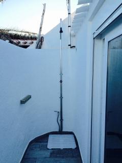 Zona de ducha en terraza con plato antideslizante y toma de agua extra.