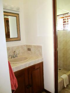 1 of 2 Bathroom / 1 de los dos Baño