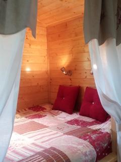 Grand lit très confortable avec sur matelas à mémoire de forme