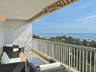 Large, light and modern 2 bedroomed apartment in Cannes with Sea Views, pool