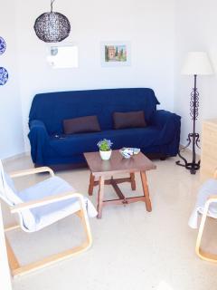 Salón con sofá, sillones, TV nacional y Satelite Astra, selección de lectura
