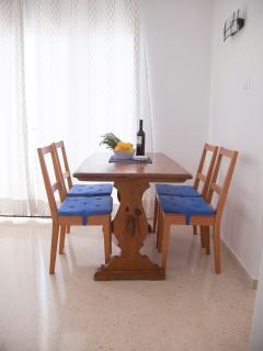 Mesa de comedor justo al lado de la cocina