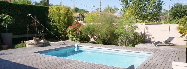 Une belle piscine chauffée dans un jardin clos pour profiter des beaux jours
