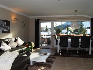 Wohnzimmer mit Essbereich für 6 Personen und gigantische Ausblick auf den Geschwandkopf