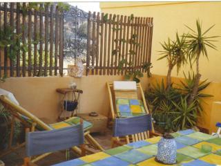 Appartamento indipendente con veranda e giardino, Cala Gonone