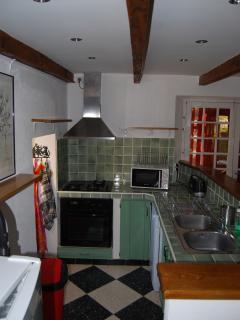 La cuisine aménagée avec lave-vaisselle et lave-linge.