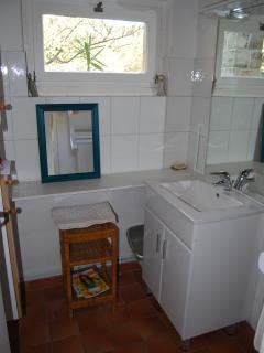 La salle de bains a été refaite (2015). La douche est derrière le miroir. Toilettes indépendantes.