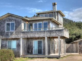 Sea Palace! Ocean Front in Yachats with a Hot Tub!