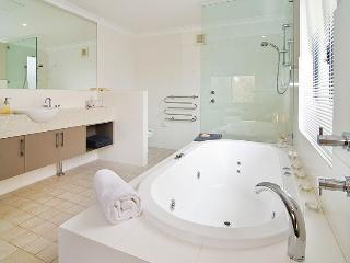 Open plan bathroom/spa