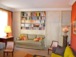 Ile Saint Louis. One bedroom and a big living room, París